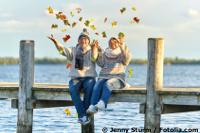 Glück in der Beziehung kann so einfach sein - Seniorenpaar auf Steg
